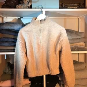 Snygg fluffig tröja får Gina Tricot i storlek S ☠️