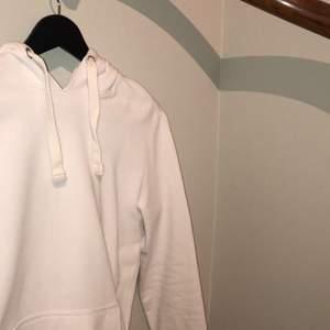 Säljer helt vit hoodie från YourTurn då passformen inte passar mig längre. Dock väldigt skön och går att matcha till många outfits!