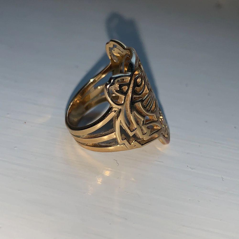 Guld, storlek M, nypris 985kr, fint skick inga skador, 85% mässing 15% guld. Slutsåld överallt. Dam. Buda.. Accessoarer.