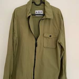 Säljer dessa fina gröna tunn jacka, den är från incognito, den är en jacka som är i XL storleken men den är M egentligen. Säljer den för 120kr