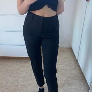 Kostymbyxor köpta från näNelly, säljer de pågrund av att de är lite för korta för mig och är 160 cm. Aldrig använda. Köparen betalar för frakten. Kontakta för fler frågor och bilder❤️