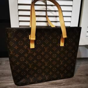 Supersnygg LV väska i jätte fint skick. Finns logga på insidan. Obs väskan är ganska smal så man får inte plats med jätte mycket i den. Kopia 💜