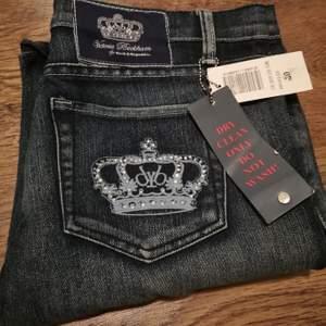 Victoria Beckham jeans med prislappar kvar. Köpta second hand. Säljer på grund av att de inte är min stil ☺️ Midjemått: 45 cm mätt på golvet. De är något stretchiga också!  Bud från 180 kr. 🌼👑 Budgivning pågår till Onsdag 27/1 kl 20:00.