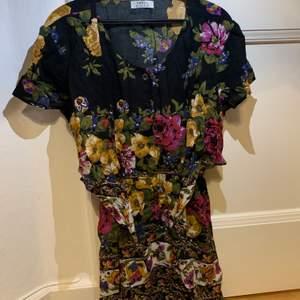 Denna söta klänningen är från märket Swell köpt från Matilda Djerf . Aldrig använd, prislappen var på när jag köpte den från henne. Ordinarie pris: 250 kr.