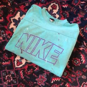 Väl använd och sliten sweatshirt, vintage nike från 80talet, köparen står för frakt, buda:)