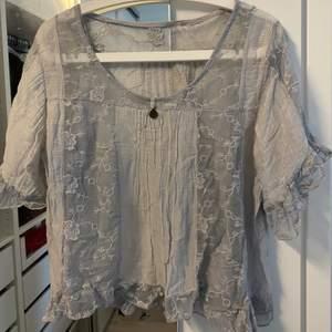 Säljer denna blusen. Köpt utomlands därav vet jag ej märke. Storlek ONESIZE men passar mig som har storlek S. Köparen står för frakt 💞