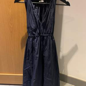 Mörkblå Hunkydory klänning med band. På bilderna har jag knutit bandet bak men man kan även knyta det fram. Frakt tillkommer.