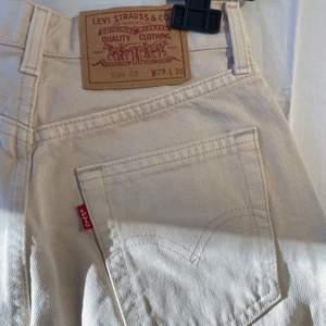 Svinsnygga jeans från Levis som tyvärr är för små. Köpta secondhand men i väldigt bra skick, inga hål eller liknande. Sitter typ som momjeans💗