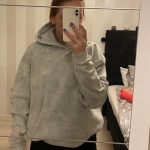 Super fin hoodie som knappt är använd då den är lite stor, den har ett coolt tryck bak på ryggen!