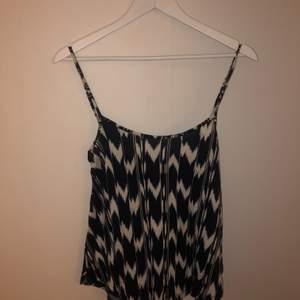 Säljer detta somriga linne från Gina tricot som inte kommer till användning längre. Linnet har skitsnygg passform och sitter så snyggt.