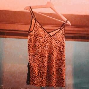 Säljer detta super söta linnet från Victoria Secret! Använd 1 gång bara för att testa. Var alldeles för stor så nu ger jag över den till någon annan. Betalning via swish. Buda gärna! ❤️❤️