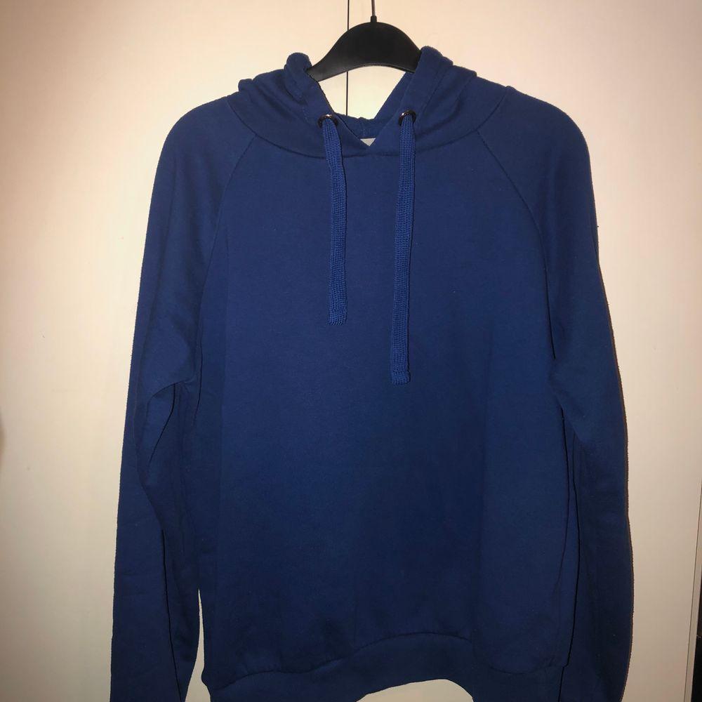 Säljer denna blå hoodie i storlek M. Bra skick. Köparen står för frakten. . Tröjor & Koftor.