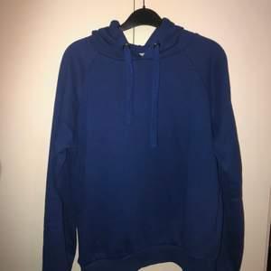 Säljer denna blå hoodie i storlek M. Bra skick. Köparen står för frakten.