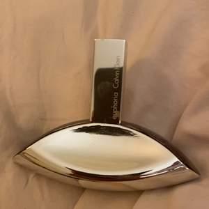 50ml, helt oanvänd, jätte god lukt men använder inte då jag har mina parfymer, ny pris är 680kr