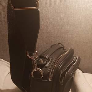En as cool väska som ger min emovibes to be honest. Skriv prov för fler bilder! 🖤 köpt för : 500.  Buda!🖤💀 Aldrig använd!