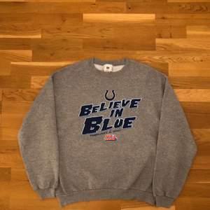 Så himla snygg sweatshirt men använder ej längre köpt här på plick, boxig och tjock i materialet