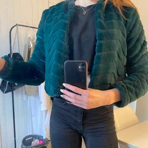 En Jacolueline de Young jacka från Jenas bolaget. Färgen mörk grön, storlek XS. Tyvärr är det två hål i jackans inefoder i armhålorna, men de syns eller känns inte när man ha på sig jackan. Den är len och skön utanpå. Super skön, och rekommenderar stort! 💚