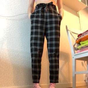 Ett par byxor köpta ifrån hm för 149 kr. Använda ett fåtal gånger men tycker dom är för stora för mig så säljer vidare dom🥰 storlek s/36.