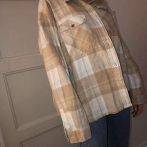 Beige och gräddvit skjorta med en boxig passform!! Superfin oversized modell🤍🤎nypris: 410kr