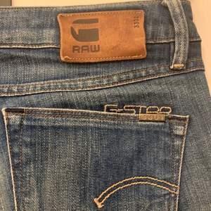 Säljer dessa G-star jeans i storleken 25 och knappt använda. Säljer byxorna för 80 kr