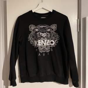 Kenzo tröja i jättebra skick, sparsamt använd! Storlek M men mer som en xs/s. Bud från 400kr exklusive frakt 💜