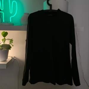 supermjuk tröja i stretch köpt på second hand! skicka dem om du vill ha fler bilder💫 alla kläder tvättas och sprayas med washologi innan de skickas🍄