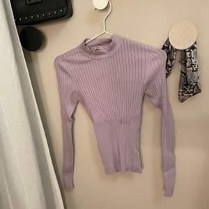 Ljuslila tunn stickad tröja. Från Gina Tricot, knappt använd fint skick.