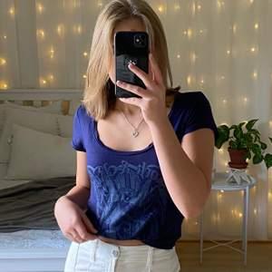 Så himla fin marinblå t-shirt med tryck och detalj på ryggen 😫💓💓 jag på bilden brukar ha XS i toppar