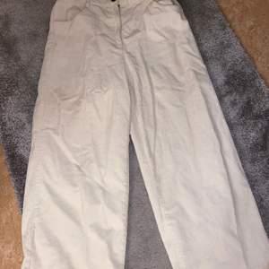 Säljer nu en av mina Favorit Jeans. Har fått otroligt mycket komplimanger angående dessa jeans då det verkligen framhäver ens former otroligt fint och passar med en söt topp till. Orsaken till att jag nu säljer är för att den tyvärr sitter för stort på mig idag!