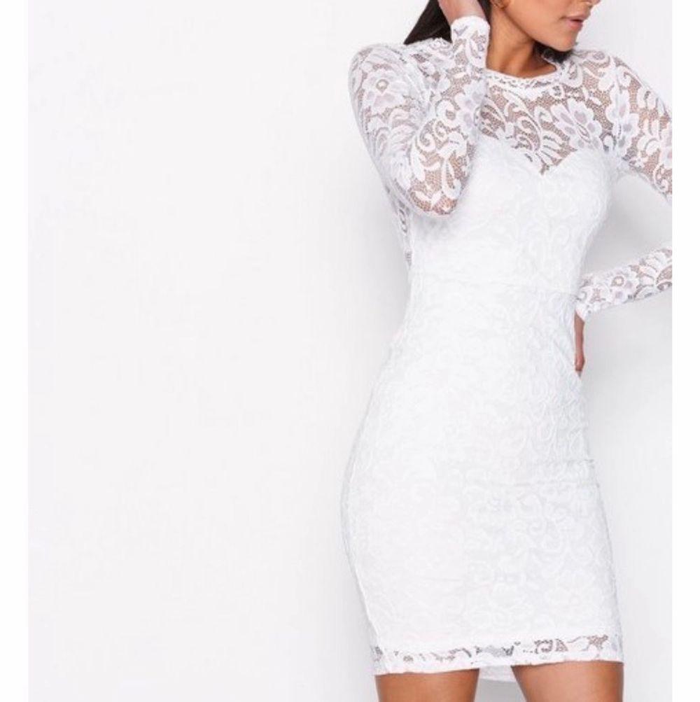 En klänning perfekt för avslutning och student, lite högre vid nacken och har långa spetsarmar. Sitter super fint på och i gott skick, använd 1 gång . Klänningar.