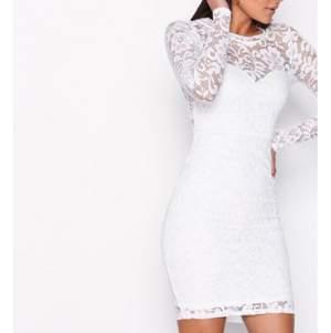 En klänning perfekt för avslutning och student, lite högre vid nacken och har långa spetsarmar. Sitter super fint på och i gott skick, använd 1 gång