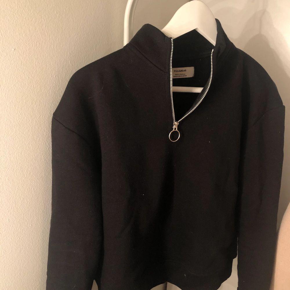 Sweatshirt med dragkedja från Pull&Bear. Mjuk insida. Använd bara några enstaka gånger. Frakt ingår i priset. . Tröjor & Koftor.