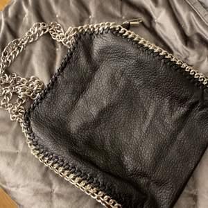 Säljer denna väska för använder den ej, jätte fint bra skick