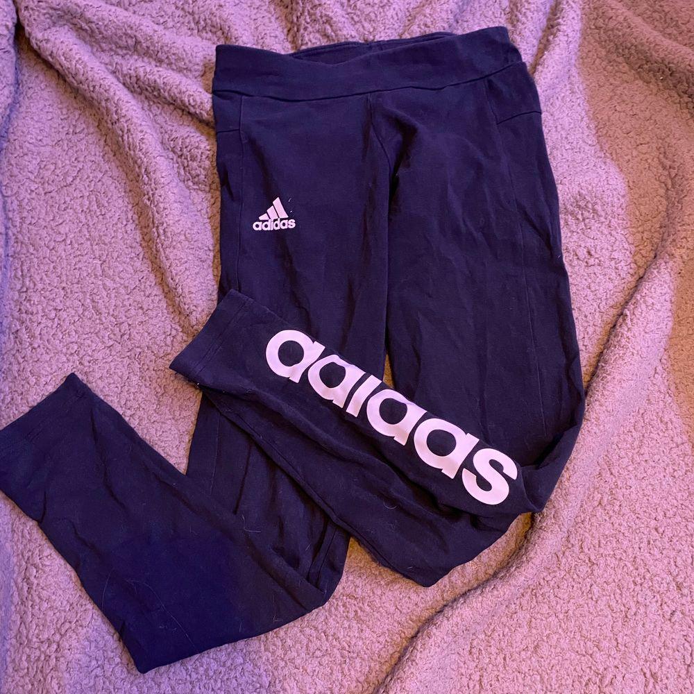Svarta adidas träningsbyxor. Ganska använda. Xs. Fraktar eller möts upp i Sthlm. VILL BLI AV MED ALLT.   . Jeans & Byxor.