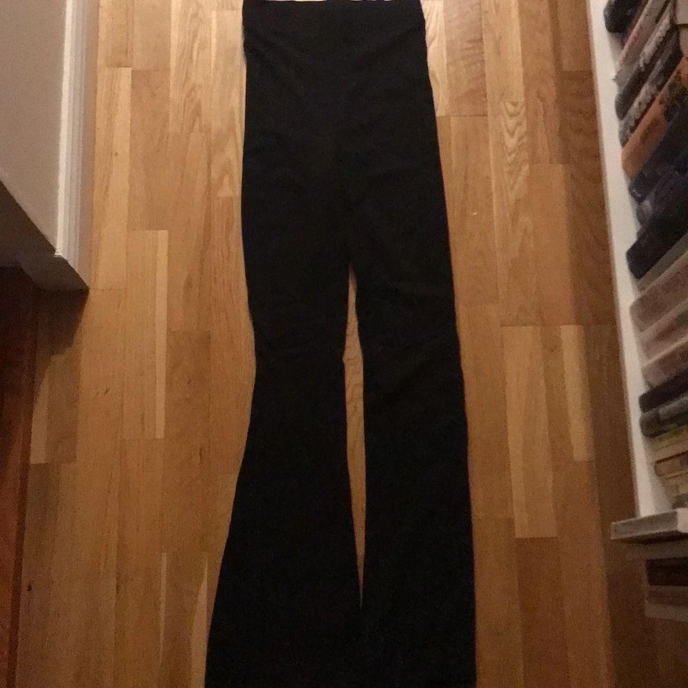 Skitsköna högmidjade bootcut byxor från bikbok. Storlek xs men funkar för mig som har s.  70kr+ frakt. Jeans & Byxor.