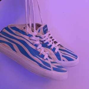 Ett par sneakers med VÄRLDENS coolaste mönster, ljusblå zebra ränder. De är oanvända. Priset kan självklart diskuteras‼️