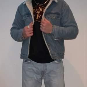 Teddy jeans jacka från bikbok! I perfekt skick! Passar lika bra tjejer som killar. Stl S/M till tjejer och stl S t killar. Modellen har stl M normalt men e kanske lite tajt särskilt om man har hoodie under. Kan skicka fler bilder om det behövs och svarar på alla frågor💕