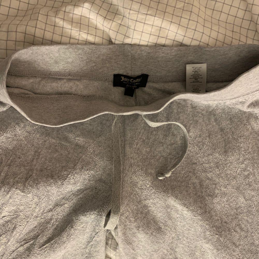 Lowais grå juicy byxor i st xs! Jag är 165 de bild vart de slutar❣️ superfint skick och självklart äkta. Har en liten defekt med en liten fläck annars ingenting, jag bjuder på frakten😍. Jeans & Byxor.