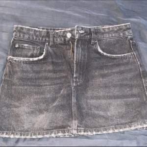 Jättefin jeanskjol från Zara, säljer då jag har växt ur den. Storlek M. Om man köper denna samt minat tre andra saker från min profil står jag för frakten 🤩