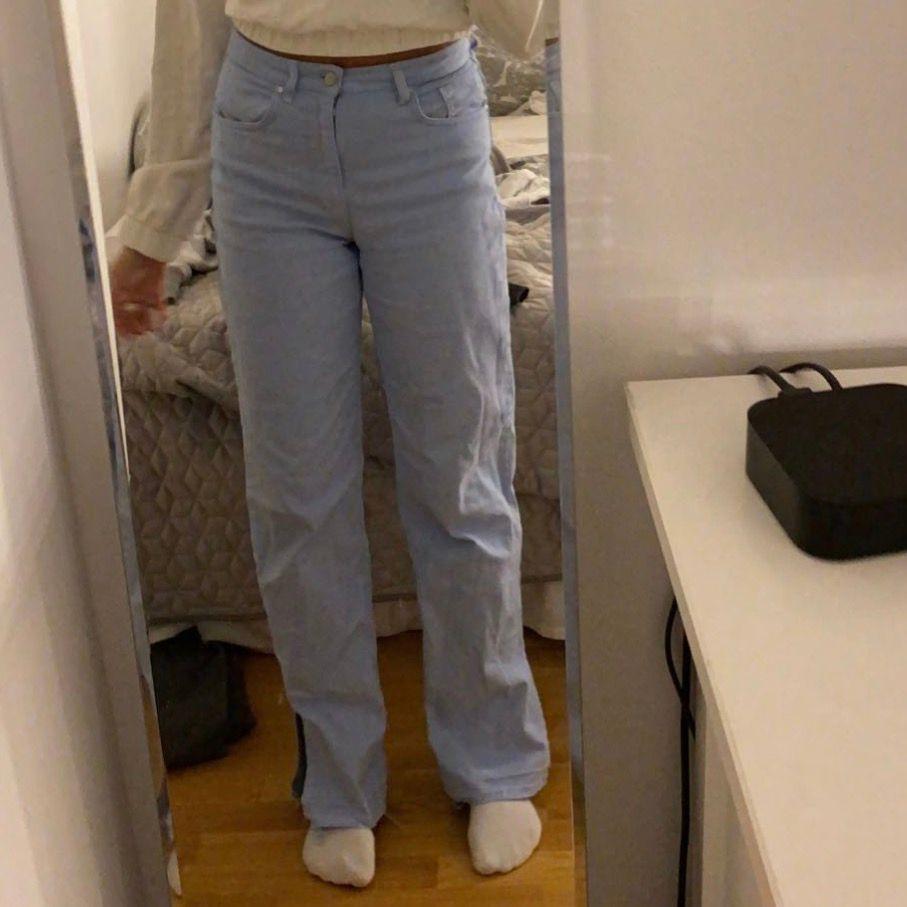Blå jeans med slits. Bra skick och säljs för att jag inte har nån användning av dom längre. Köparen står för frakten. . Jeans & Byxor.