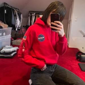 Snygg röd NASA hoodie men superbra kvalité! Väldigt bra skick. Storlek medium!