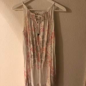 Jättesöt klänning från Odd Molly. Använd 1-2ggr. Storlek S. Köparen står för frakt!