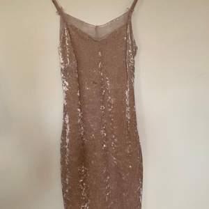 Säljer en knappt använd klänning i gammelrosa 💖 Den har fina spetsdetaljer på bröstet och på låren ✨ Säljer den för 20:- + frakt om den ska skickas 🌸 Ställ frågor om något är oklart 🥰