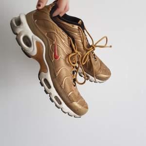 Nike Air Max Plus Metallic Gold! Snyggaste Nike skorna! Köpta secondhand för 500kr nypris runt 3000kr!! I prima skick förutom lite skavt på vita nedre delen! BUDA I KOMMENTARERNA❤❤❤❤ passar strl 38-39