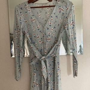 Somrig klänning från hm använd en gång. Felfritt skick, knytes i midjan. Fraktas spårbart
