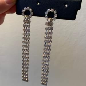 Oanvända strassörhängen perfekta till fest, ca 9,5 cm långa ✨                                                            Kolla gärna in mina andra annonser!
