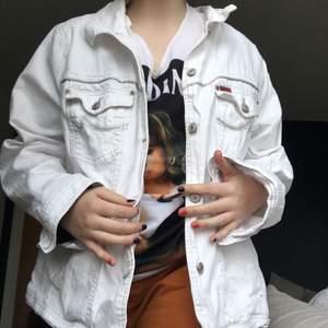 Jeans jacka med egenmålat motiv. Målat med tygfärg. Har en vit jeans jacka kvar som jag kan måla på om man vill ha en personlig beställning. Köparen står för frakten (spårbart 66kr). ✨💕