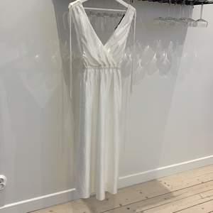Superfin vit klänning, helt ny med taggar (599:-)!