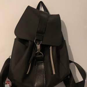 Säljer min svarta medium backpack 🎒där jag köpte den från SHEIN, den har 6 fickor 4 ute 1 inne i väskan och 1 backom väskan. Vill inte ha den längre.