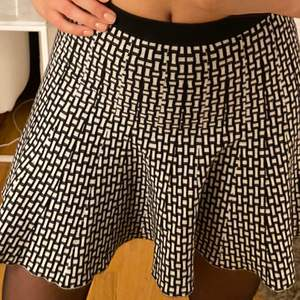 SUPER fin kjol i svart och vitt mönstrat tyg. Mycket bekväm och inte för kort i längden. Den är i storlek M men är mindre i storleken och sitter perfekt på mig som är en S. Finns matchade topp till och du får ett bättre pris om du köper båda😊😊 finns även kjolen i beige färgad. 2 för 3 på allt jag säljer, så kicka mina andra inlägg😊